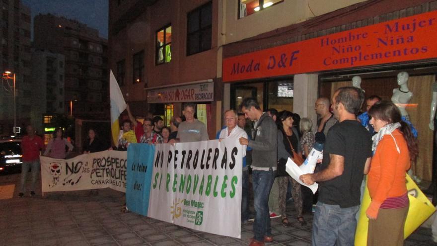 Los concentrados exhibieron varias pancartas de rechazo a los sondeos: Foto: LUZ RODRÍGUEZ.