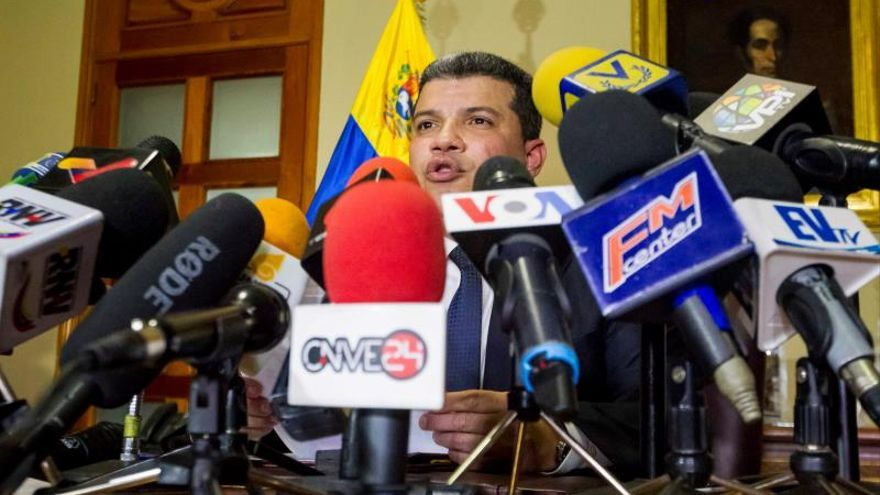 """El diputado Luis Parra, que hace dos semanas aseguró haber sido electo como jefe del Parlamento con el apoyo del chavismo, ofrece una rueda de prensa este lunes, en Caracas (Venezuela). Parra anunció este lunes la creación de una """"comisión especial"""" para investigar el destino de los recursos que el opositor Juan Guaidó recibió de la USAID de Estados Unidos como """"ayuda humanitaria""""."""