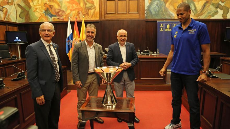 Miguelo Betancor, Ángel Víctor Torres, Anotnio Morales y Eulis Báez con la Supercopa.