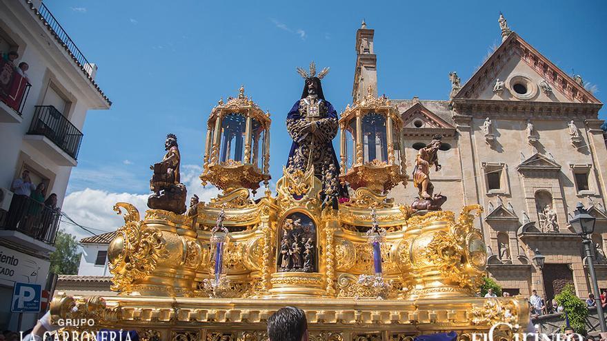 Nuestro Padre Jesús Nazareno Rescatado, con la fachada de Trinitarios al fondo | TONI BLANCO