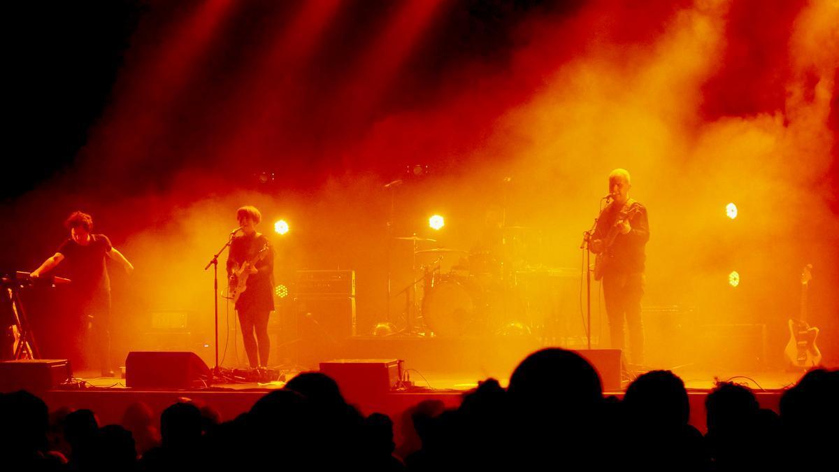 La banda gallega Triángulo de Amor Bizarro durante un concierto, en una imagen de archivo.