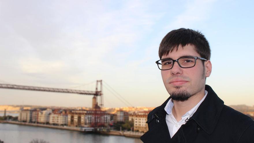El nuevo líder de Podemos Euskadi, Lander Martínez. Al fondo, el Puente Bizkaia, en Portugalete.