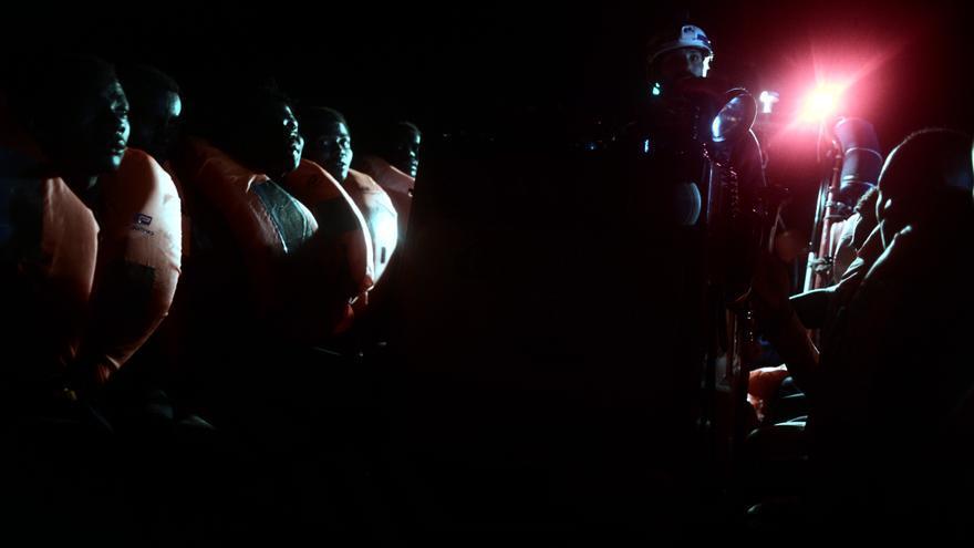 Algunas de las personas rescatadas durante la operación de salvamento que tuvo lugar en la madrugada del pasado domingo 10 de junio. La ONG SOS Méditerranée socorrió a 229 personas, mientras que el resto de migrantes fueron rescatados por la Guardia Costera italiana y barcos mercantes, y después los trasladaron al Aquarius. En total, 629 personas permanecen en el buque operado por SOS Mediterranée y MSF después de que Italia y Malta denegaran el desembarco de la nave en sus puertos. Foto: Karpov / SOS MEDITERRANEE