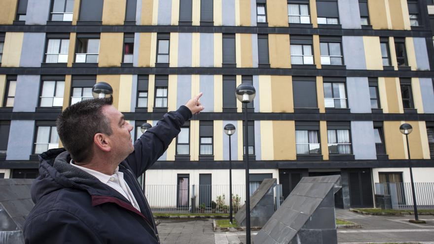 La humedad es visible desde el exterior del edificio, tal y como señala Jorge. | JOAQUÍN GÓMEZ SASTRE