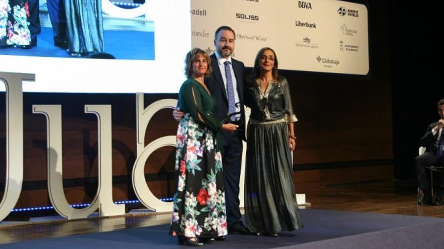 Las alcaldesas de sendos municipios recogiendo el premio que les otorgó FEDA.