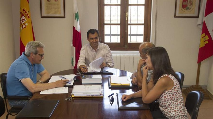 Maillo preside el pleno municipal de su pueblo en la jornada de reflexión