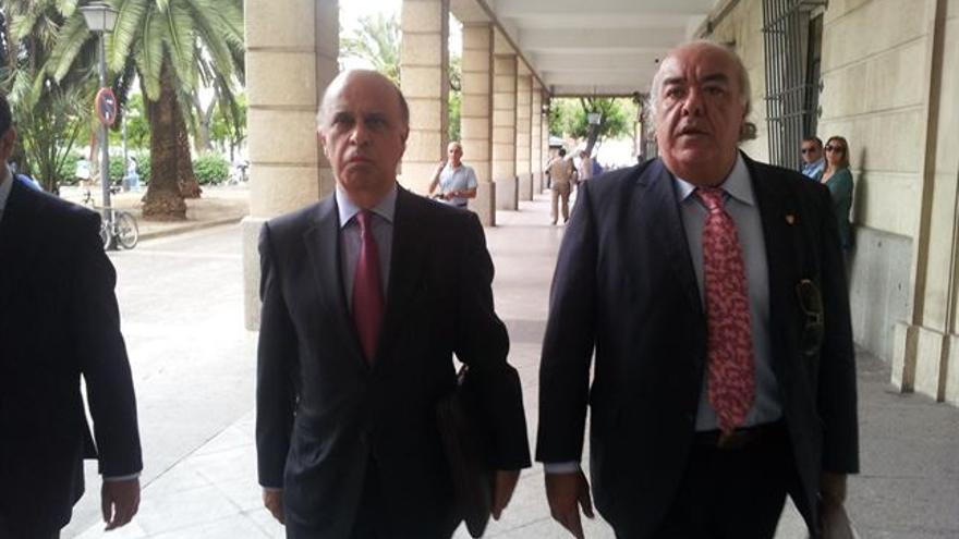 El dueño de Uniter (a la izquierda), junto a su abogado llegando al juzgado / EP
