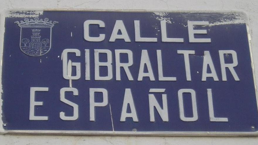 """Placa de la calle """"Gibraltar español"""" de Torrijos, Toledo, una de las varias calles con esta denominación que aún perviven por España. Foto de Foro por la Memoria."""