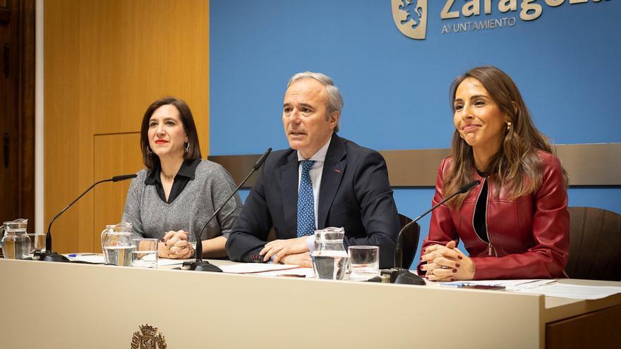 El alcalde de Zaragoza, Jorge Azcón, junto a la vicealcaldesa y consejera de Cultura y Proyección Exterior, Sara Fernández, y la consejera de Presidencia, Hacienda e Interior, María Navarro.