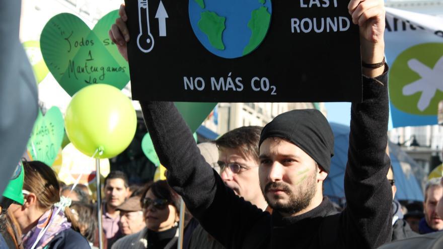 Un manifestante durante la Marcha Mundial por el Clima en Madrid.