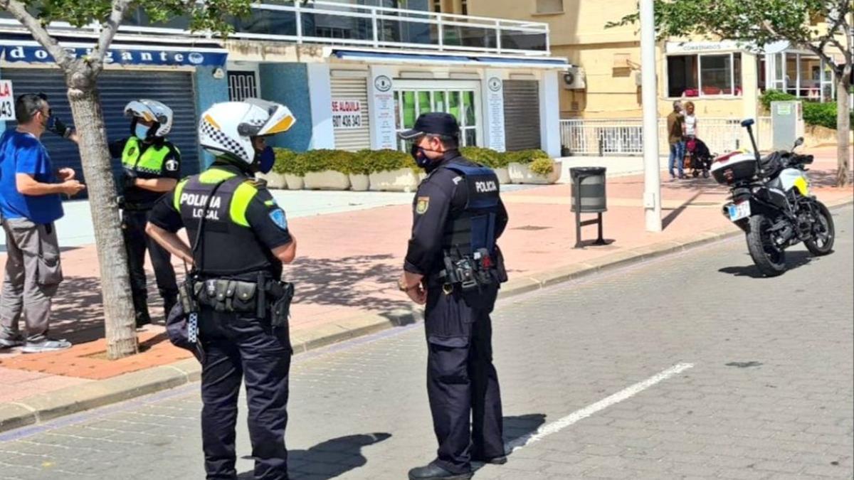 Efectivos de Policía Local y autonómica durante el dispositivo de vigilancia de este fin de semana.