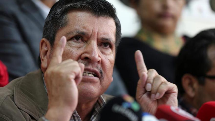 El presidente del Frente Unitario de Trabajadores (FUT), Mesías Tatamuez, habla este miércoles durante una rueda de prensa en Quito (Ecuador), sobre el inicio de movilizaciones graduales y permanentes hasta llegar a una huelga nacional en contra de las medidas económicas anunciadas por el Gobierno de Ecuador.