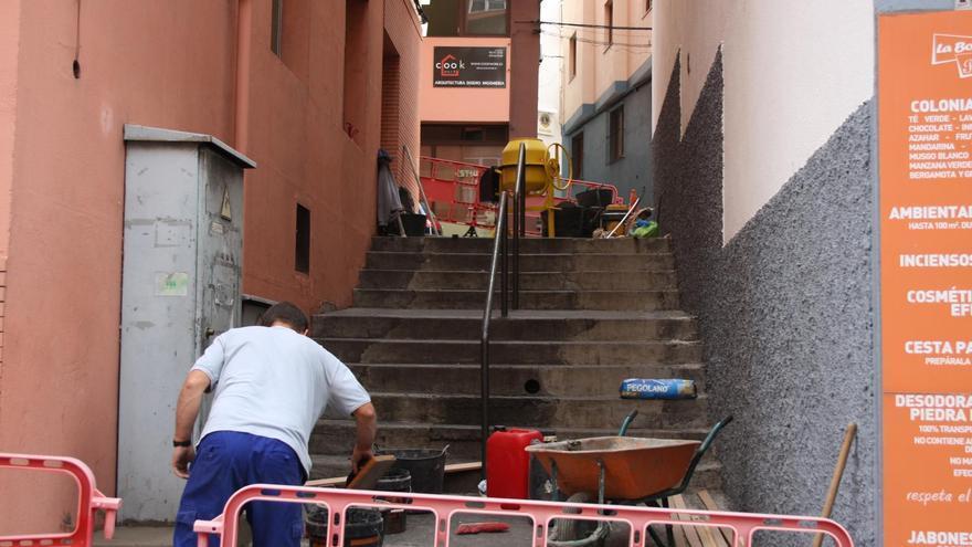 Obra de rehabilitación de las escaleras del Callejón Tres Codos.