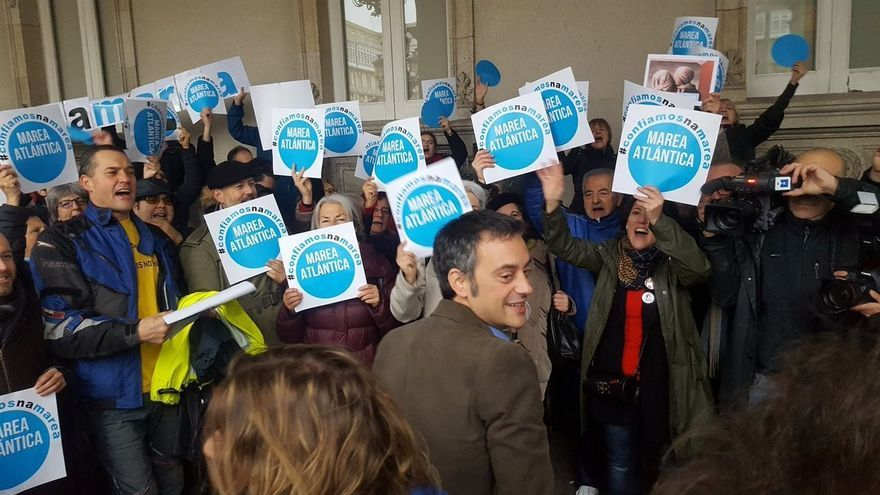 Simpatizantes de Marea Atlántica aplauden a Xulio Ferreiro ante el Ayuntamiento de A Coruña