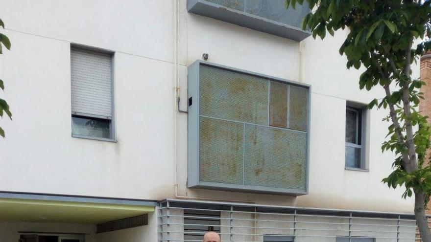 Rachid, frente a su casa en Navalcarnero, vendida en 2013 a Goldman Sachs-Azora. / Foto cedida