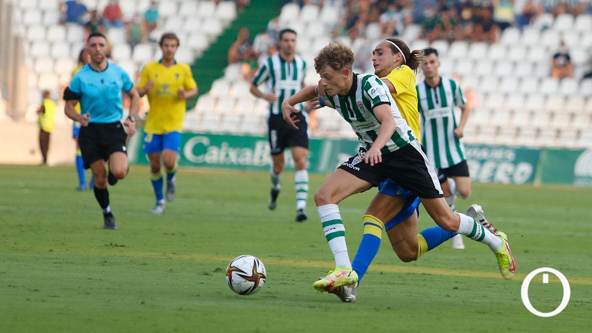Lance del partido entre el Córdoba CF y el Cádiz B