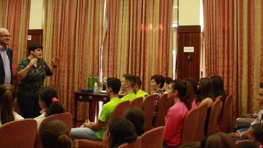 El presidente del Cabildo de La Palma, Anselmo Pestana, y la consejera de Deportes, Ascensión Rodríguez, con un grupo de deportistas en el Salón de Plenos.