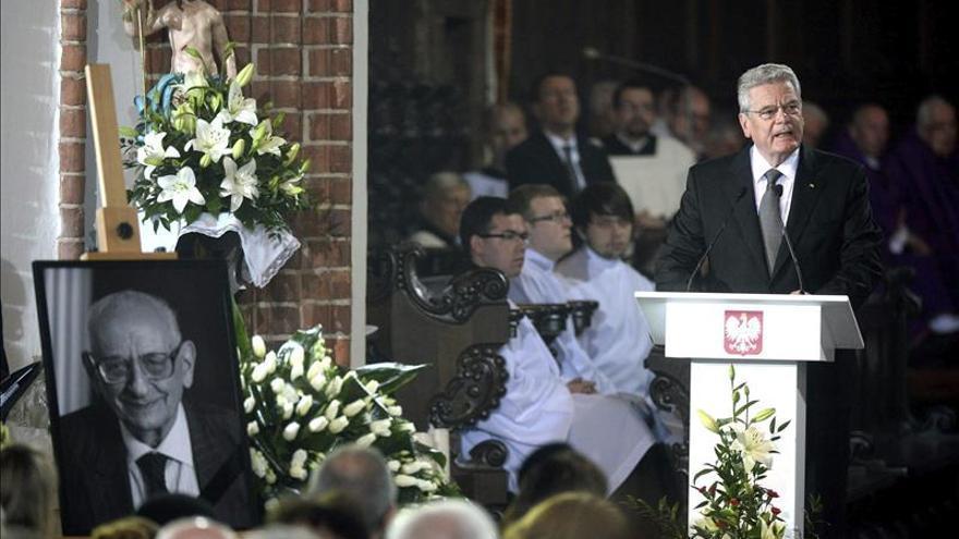 Los presidentes polaco y alemán asisten a las exequias del estadista Bartoszewski