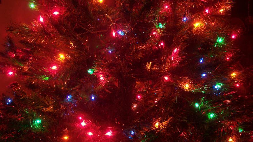 Luces de Navidad en un árbol