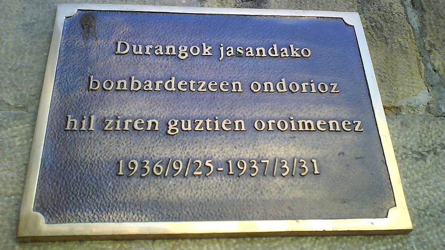 Placa en recuerdo de las víctimas del bombardeo.