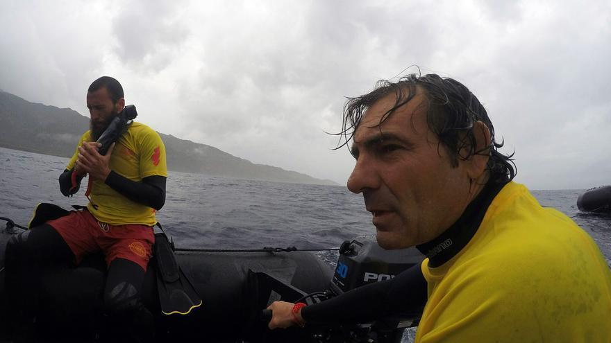 Òscar Camps durante una actuación de rescate en el  Mediterráneo. | DAVID FONTSECA; PROACTIVA OPEN ARMS