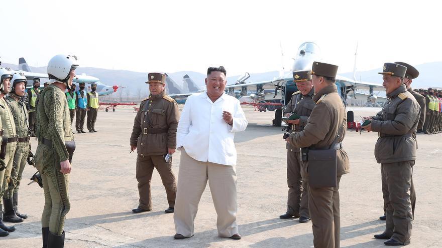 Imagen distribuida por la agencia de noticias de Corea del Norte (KCNA) del pasado 12 de abril donde el líder norcoreano, Kim Jong-Un, asiste a unos entrenamientos de la fuerza aérea en una base al norte de Pyonyang
