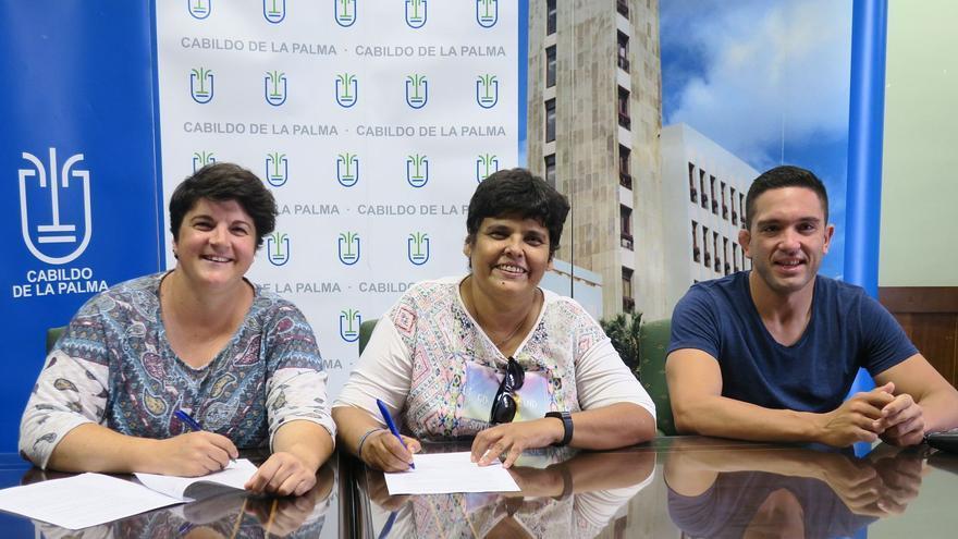 Firma del acuerdo para promocionar la lucha canaria.