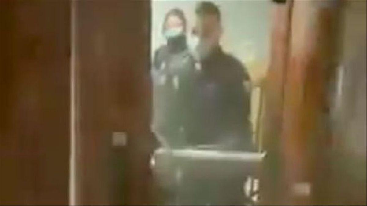 La policía accede a una vivienda tras tumbar la puerta.