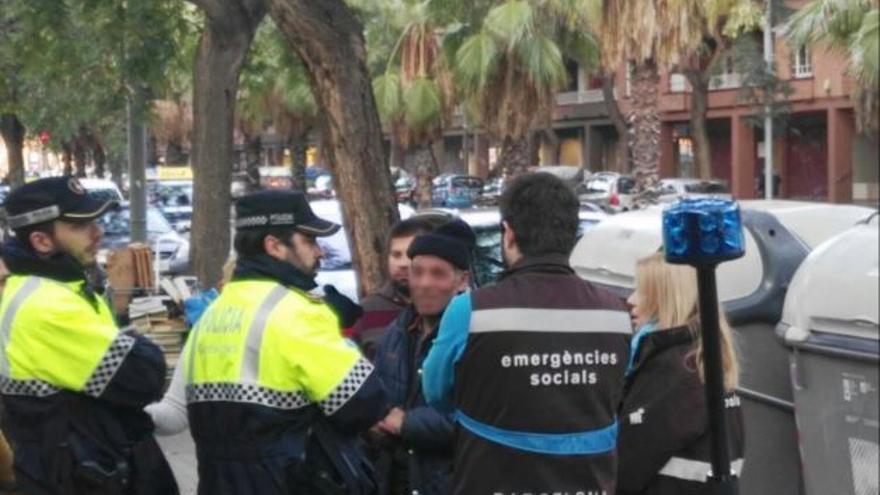 La Guardia Urbana durante la intervención con el sintecho. Foto de @barcelona_GUB