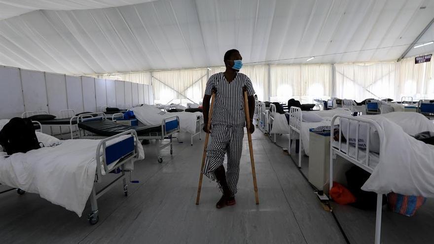 Un hombre en el ala de aislamiento, ya recuperado de la COVID-19 en Machakos, Kenya.
