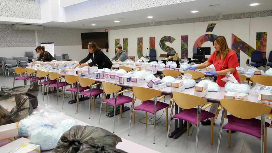 Equipo de la Consejería de Empleo y Políticas Sociales preparando el reparto de mascarillas. | LARA REVILLA