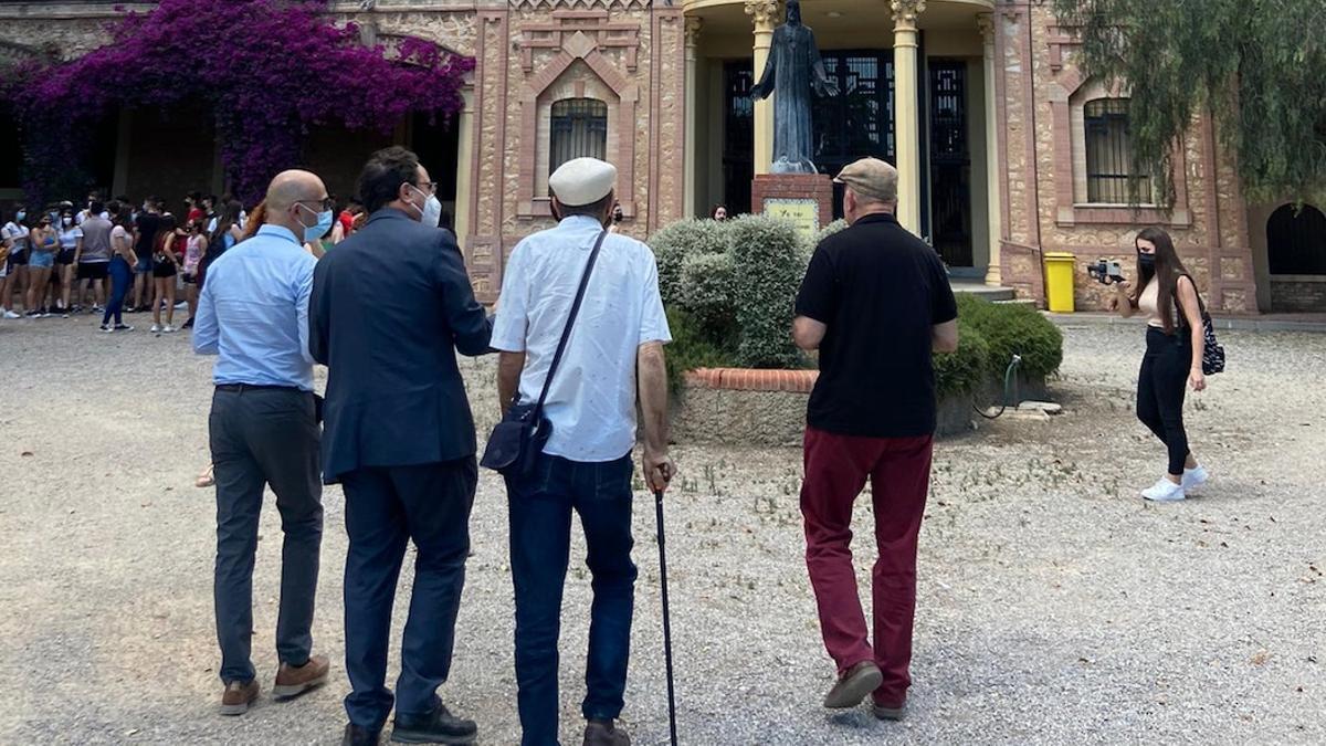 Vicent Soler, con americana azul, Carles Dolç, con boina blanca, y Josep Guia frente a la casa de ejercicios espirituales La Purísima donde fueron detenidos en 1975.