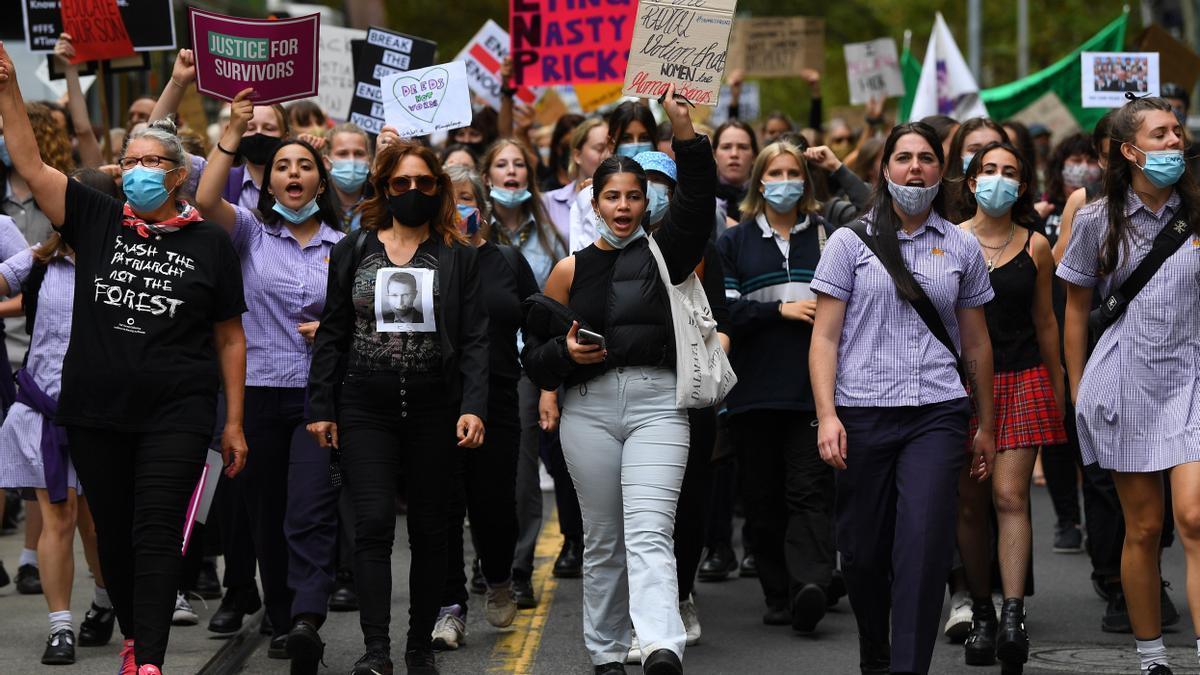 Manifestantes marchan a la Oficina del Partido Liberal en Melbourne, Australia, el 15 de marzo de 2021.