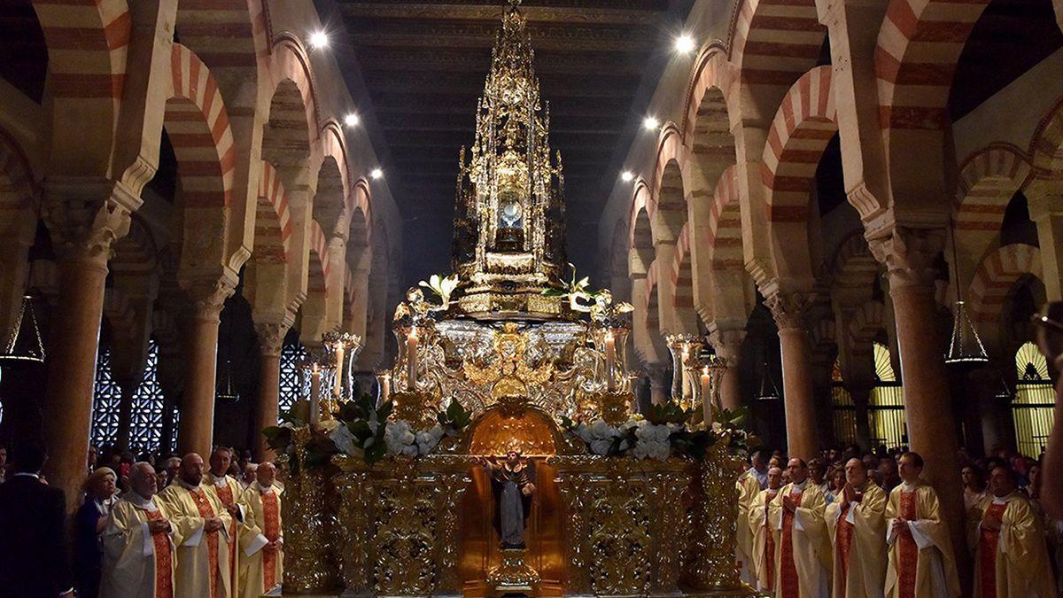 Procesión del Corpus Christi en el interior de la Mezquita-Catedral, que acogerá en noviembre la exposición de arte cofrade de la Agrupación de Hermandades.