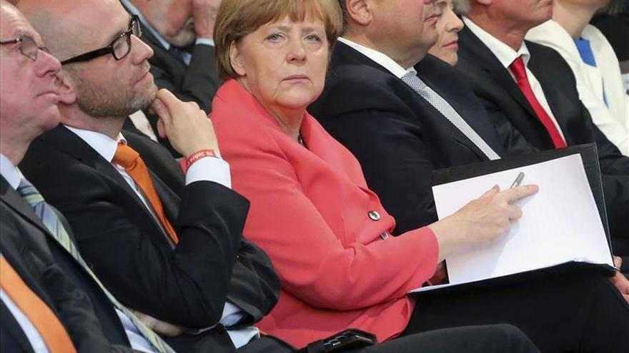 """Merkel advierte de que Europa no puede abandonar sus """"principios"""" ante Grecia"""