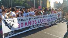 La pancarta de COGAM homenajea a las víctimas de la homofobia en Orlando   @dosmanzanas