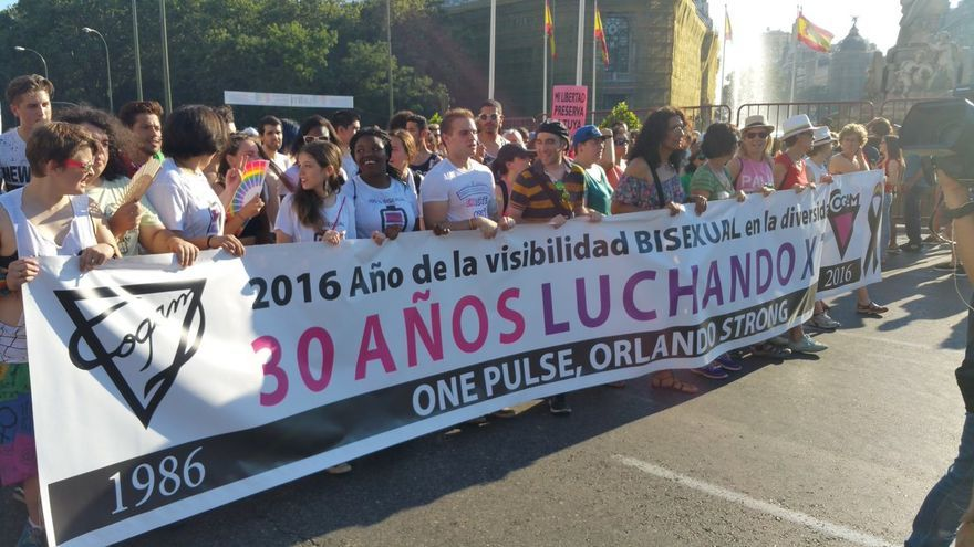 La pancarta de COGAM homenajea a las víctimas de la homofobia en Orlando | @dosmanzanas