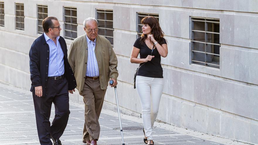 El empresario Ignacio González Martín (c), junto a su hijo Pedro González Santiago (i), a su llegada a la Audiencia Provincial. (Aarón S. Ramos)
