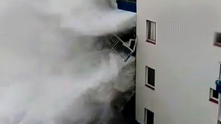 Impacto de las olas en el edificio de Mesa del Mar, en el municipio de Tacoronte