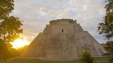La Pirámide del Adivino es la encargada de recibirte y despedirte en Uxmal.