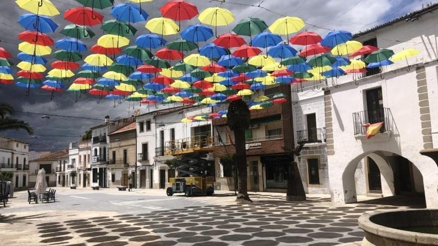 """""""Paraguas de Malpartida de Cáceres"""" vuelven para mitigar desasosiego de la pandemia"""