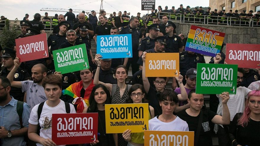 Activistas LGTBI se manifiestan en Georgia.