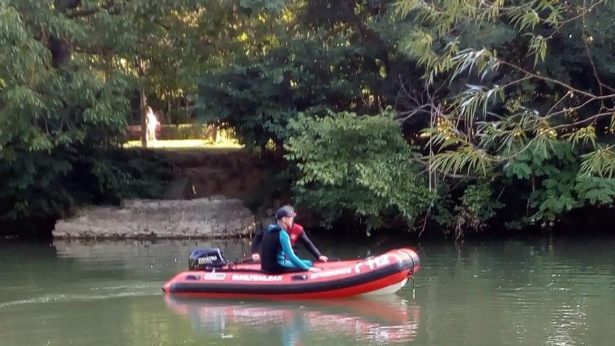 Los bomberos suspenden la búsqueda de una mujer de 76 años en el río Arga