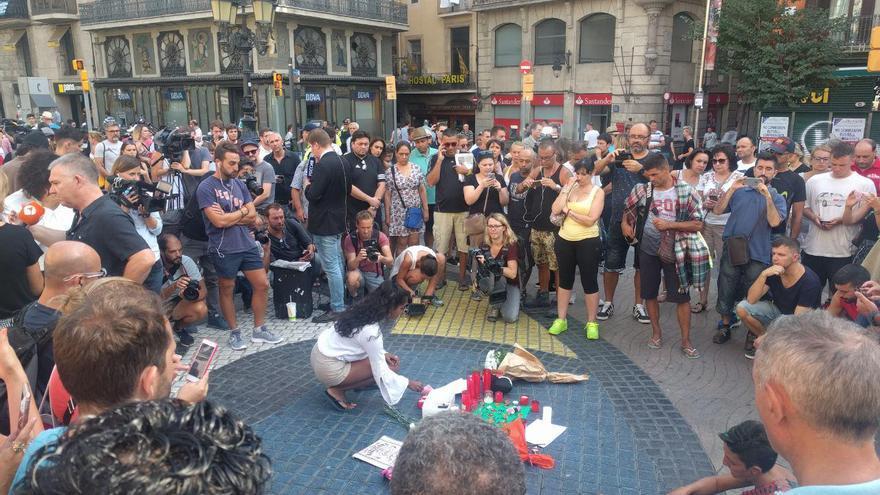 Homenaje con velas y flores a las víctimas del atentado de Barcelona donde paró la furgoneta de los terroristas, encima del mosaico de Miró en la Rambla / Arturo Puente