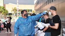 Fotografía cedida este sábado, por la Secretaria de Gobernación (Segob), que muestra a personal sanitario recibiendo a turistas que estuvieron varados en el crucero Koningsdam, en Puerto Vallarta Jalisco (México).