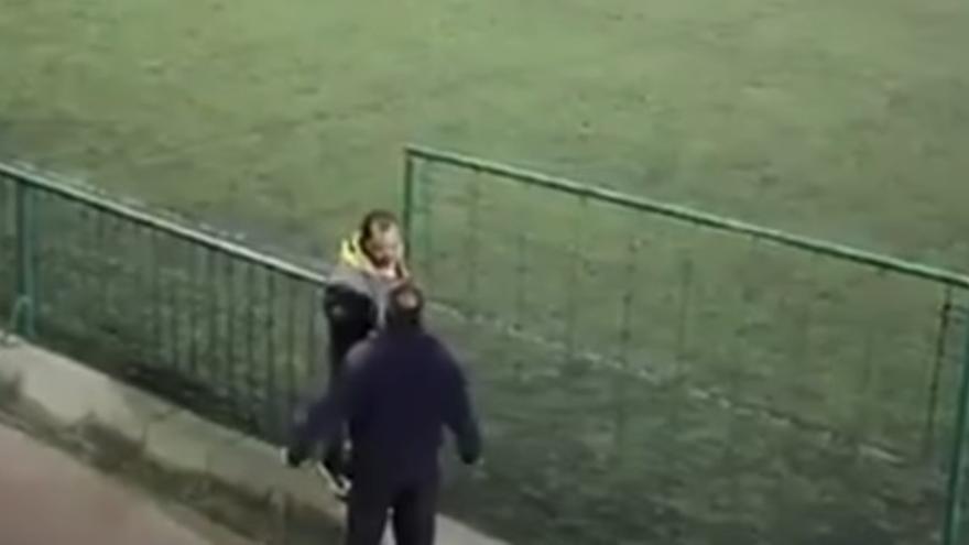 Imagen de la pelea entre dos padres durante el partido de juveniles UD Telde y UD Guía.