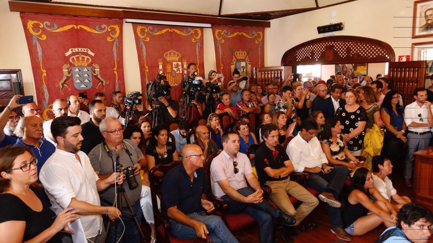 El salón de plenos, atiborrado de público, medios y políticos afines, este jueves en Icod
