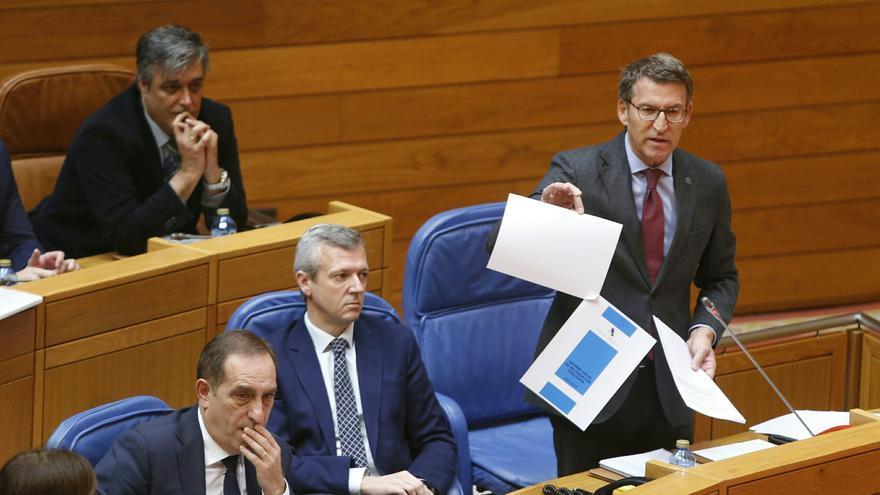 Feijóo muestra un documento durante la sesión de control