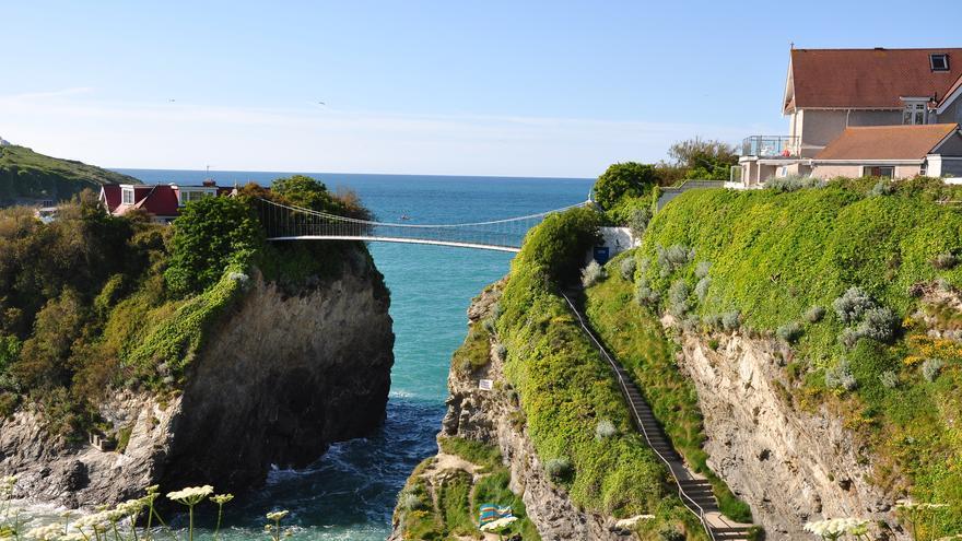 A la 'Casa de la Playa' de Newquay se llega a través de un puente colgante. Francisco Antunes