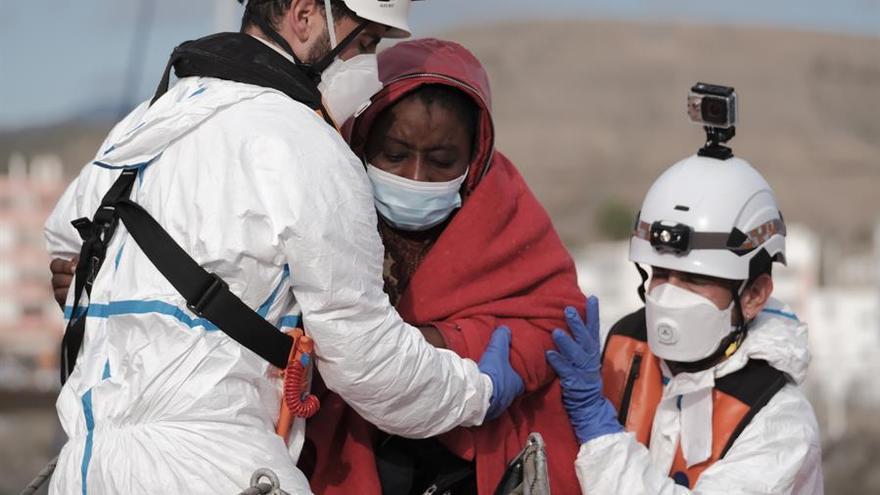 El muelle de Arguineguín albergó hasta 80 migrantes positivos en COVID sin condiciones
